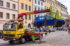 TOWING SERVICE PICKS UP CAR Royalty Free Stock Images