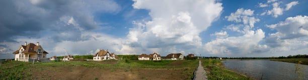 town för kust för stugalakepanorama Arkivbilder