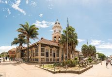 Town hall and cannons from the Boer War, in Ladysmith. LADYSMITH, SOUTH AFRICA - MARCH 21, 2018: A street scene, with the historic town hall and cannons from the Stock Photos