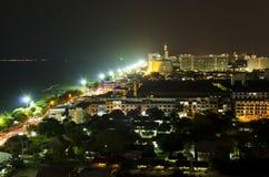 Town nära havet på natten Arkivbild