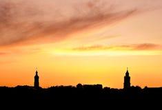 Townagainst un cielo anaranjado vibrante. Imagen de archivo