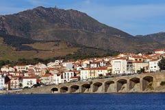 Townen av Banyuls-sur-Mer i det franska medelhavs- seglar utmed kusten Royaltyfri Bild