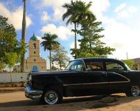 Townen kvadrerar Vinales med den gammala amerikanbilen Arkivfoton
