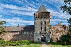 Towngate medieval con la torre en la ciudad alemana vieja de Zons Fotos de archivo libres de regalías
