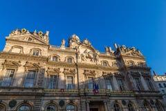 Townhall在有法国旗子的利昂 库存图片