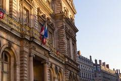Townhall在有法国旗子的利昂 库存照片