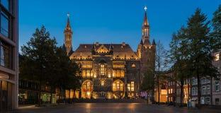 Townhall av den aachen staden på natten Royaltyfria Bilder