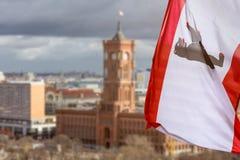 townhall di Berlino Germania con la bandiera rossa di Berlino Immagini Stock Libere da Diritti