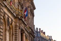 Townhall en Lyon con la bandera francesa foto de archivo