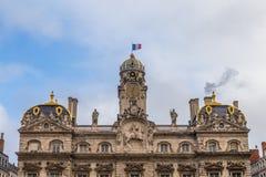 Townhall in Lyon mit französischer Flagge stockfotos