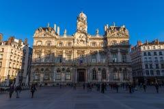 Townhall in Lyon mit französischer Flagge lizenzfreie stockfotografie