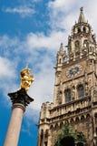 Townhall novo e uma estátua dourada da Virgem Maria em Munich Fotografia de Stock Royalty Free