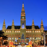 Townhall Viena con el mercado de la Navidad, Austria Fotografía de archivo libre de regalías