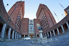 Townhall y fuente en Oslo, Noruega fotos de archivo libres de regalías