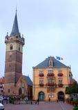 Townhall y torre de reloj de la ciudad de Obernai - Alsacia Foto de archivo