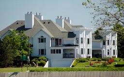 Townhouses brancos foto de stock