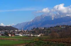 Townscape του χωριού Buja, κοντά Udine στην Ιταλία, κάτω από το όμορφο τοπίο των ιουλιανών Άλπεων μιας στις αρχές ημέρας άνοιξη Στοκ φωτογραφίες με δικαίωμα ελεύθερης χρήσης