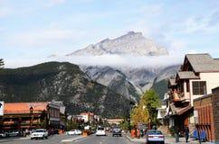 Townscape av Banff, kanadensiska steniga berg, Kanada Arkivbilder