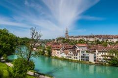 Townscape av Berne över den Aare floden, Schweiz Arkivbild