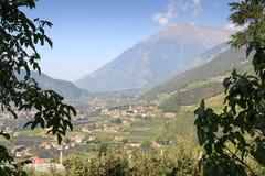 Townscape di Lagundo e di panorama delle alpi della montagna nel Tirolo del sud Fotografia Stock