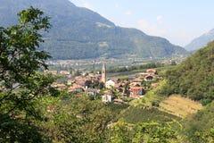 Townscape di Lagundo e di panorama delle alpi della montagna nel Tirolo del sud Immagini Stock