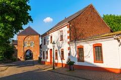 Townscape med stadporten i Bedburg-Kaster, Tyskland Fotografering för Bildbyråer