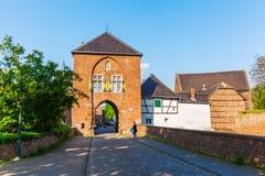 Townscape med stadporten i Bedburg-Kaster, Tyskland Arkivbild