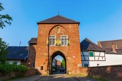 Townscape med stadporten i Bedburg-Kaster, Tyskland Royaltyfria Foton