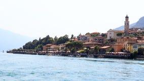Townscape panorama nadjeziorny wioski Limone sul garda z łodziami i kościół przy Jeziornym Gardą Obrazy Stock
