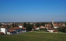 Townscape von Buttrio, nahe Udine in Italien Buttrio ist ein landwirtschaftliches und schweres Industriegebiet lizenzfreies stockbild