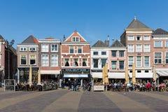 Townscape z ludźmi siedzi na tarasach Delft holandie zdjęcie royalty free