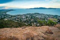 Townsvillestad, overzees en eilanden van het vooruitzicht van de kasteelheuvel in Queensland, Australië stock afbeeldingen
