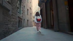 Townswoman που περπατά μόνο στη σκοτεινή στενή οδό στην αρχαία περιοχή στη Βαρκελώνη απόθεμα βίντεο