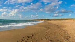 Toxeftra海滩的全景哦对Akamas, Cypru的方式 图库摄影