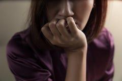 Toxicodependência fêmea na sala Foto de Stock Royalty Free