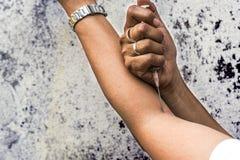 Toxicomane avec la seringue dans l'action photos libres de droits