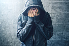 Toxicomane désespéré passant par la crise de dépendance Images stock