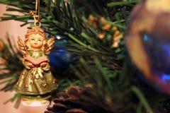 Toy Angel auf dem Weihnachtsbaum lizenzfreies stockbild