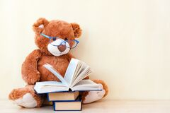 Free Toy Bear Reading An Interesting Book, Showing That Even Read Toys. The Concept Of Baby Learning Royalty Free Stock Images - 179824129