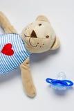 Toy Bear und blindes Lügen auf einem weißen Hintergrund Stockfotos