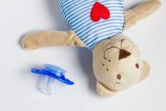 Toy Bear und blindes Lügen auf einem weißen Hintergrund Lizenzfreies Stockfoto