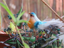 Toy Bird in een plastic tuin Stock Afbeelding