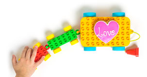 Toy Block Cart coloré portant un biscuit d'amour de coeur Photo stock