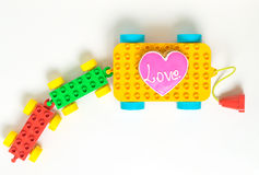 Toy Block Cart coloré portant un biscuit d'amour de coeur Photo libre de droits