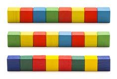 Toy Blocks, hölzerne Würfel-Ziegelsteine, Reihe von Mehrfarbenkubikkästen Stockfotografie
