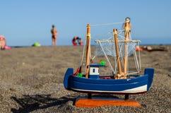 Toy Boat op het Zandstrand stock afbeeldingen