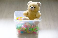 Toy Box completo de brinquedos macios no quarto de uma criança imagens de stock