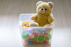 Toy Box som ?r full av mjuk leksaker i ett barns sovrum arkivfoton