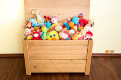 Toy Box voll von weichen Spielwaren Stockfoto