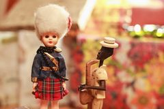 Toy British-militairen en Cubaanse saxofonist stock foto